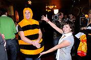 Ontbijtpremière Nederlandse versie van BEE MOVIE in TUschinski, Amsterdam in aanwezigheid van de Voicecast.<br /> <br /> Op de foto: <br />  Jeroen van Koningsbrugge in het BEE kostuum  en  Vivienne van den Assem