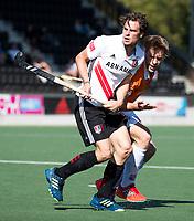 AMSTELVEEN  - Hockey -  1e wedstrijd halve finale Play Offs dames.  Amsterdam-Bloemendaal (5-5), Bl'daal wint na shoot outs.  Boris Burkhardt (A'dam) met Mats de Groot (Bldaal).  COPYRIGHT KOEN SUYK