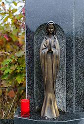 THEMENBILD - eine Marienstatue und eine Kerze auf einem Grabstein in einem Friedhof. Am 1. November, gedenken Katholiken aller Menschen, die in der Kirche als Heilige verehrt werden. Das Fest Allerseelen am darauf folgenden 2. November, ist dem Gedaechtnis aller Verstorbenen gewidmet, aufgenommen am 23.10.2015, Bischofshofen, Oesterreich // a statue of Mary and a candle on a grave stone in a cemetery, Bischofshofen, Austria on 2015/10/23. EXPA Pictures © 2015, PhotoCredit: EXPA/ JFK
