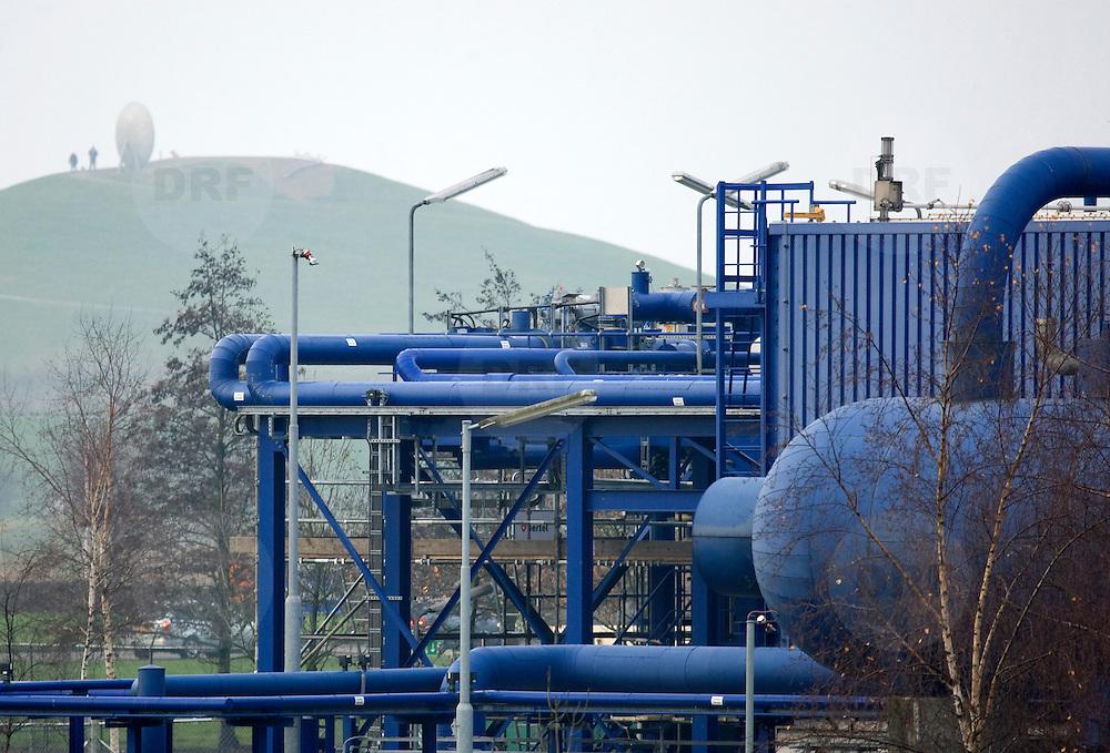 Nederland Barendrecht 29 november 2008 20081129 Foto: David Rozing ..TOT 6 DECEMBER GEEN PUBLICATIE VAN DEZE BEELDEN ..Serie demonstratie project ondergrondse Co2 opslag Shell Barendrecht ..Gaswinninginstallatie NAM, hiermee wordt het gas dat zich onder Barendrecht bevindt naar boven gehaald. Zodra de 2 gasvelden leeg zijn zullen deze gebruikt gaan worden voor de ondergrondse opslag van CO2. Dit gebeurt met dezelfde installatie. .Shell Nederland Raffinaderij B.V. (SNR) heeft het initiatief genomen voor een demonstratieproject in samenwerking met Nederlandse Aardolie Maatschappij ( NAM ). Daarbij is het de bedoeling dat pure CO2 die bij de raffinaderij in Pernis bij de productie van waterstof vrijkomt, per pijpleiding naar Barendrecht wordt getransporteerd. Vervolgens wordt de CO2 in lege aardgasvelden geïnjecteerd voor permanente opslag..OCAP?De Shell exploiteert momenteel de nu nog deels gevulde aardgasvelden Barendrecht en Ziedewij en heeft een grote kennis van de ondergrond en injectie van aardgas in bestaande velden.Het is de bedoeling dat OCAP ook het transport van CO2 naar Barendrecht gaat verzorgen..Shell CO2 Storage B.V.?Voor het project is een nieuw bedrijf opgericht, Shell CO2 Storage B.V. (SCS). SCS zal verder ook zekerstellen dat alle aanwezige kennis over de Barendrechtse velden ten volle kan worden benut bij de opslag van CO2 en de daaraan gekoppelde monitoring.Het Barendrecht-veld?Shell en OCAP hebben net zoals andere organisaties veel onderzoek gedaan naar het transport naar en de mogelijke CO2-opslag in lege aardgasvelden. Vanwege de ligging, dichtbij de CO2-bron van Pernis, hebben de partijen uiteindelijk gekozen voor het aardgasveld Barendrecht (ten zuidwesten van Rotterdam). Als de ervaringen met het Barendrecht-veld goed zijn, zal in een later stadium Barendrecht Ziedewij het tweede veld zijn dat in aanmerking komt voor CO2-opslag. Uit deze aardgasvelden wordt nu nog gas gewonnen. Zodra de productie stopt kunnen de velden aangepast worden voor o