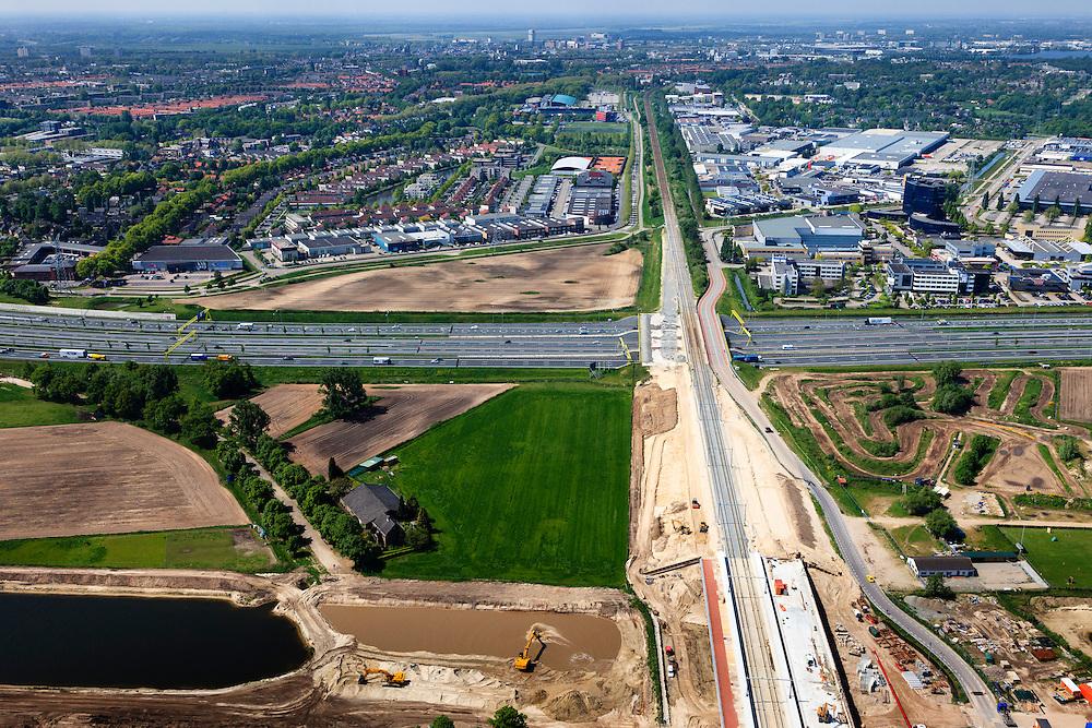 Nederland, Noord-Brabant, Den Bosch, 09-05-2013; werkzaamheden aan de Zuid-Willemsvaart. Kruising met spoorlijn, gezien in de richting van Den Bosch.Het kanaal wordt verbreed, uitgegraven en omgelegd - zodat de binnenstad van Den Bosch vermeden kan worden. Het gaat niet allen om een omlegging, maar ook om een opwaardering zodat grote schepen van het kanaal gebruik kunnen blijven maken.<br /> <br /> QQQ<br /> luchtfoto (toeslag op standard tarieven);<br /> aerial photo (additional fee required);<br /> copyright foto/photo Siebe Swart.