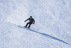 THEMENBILD - ein Snowboarder am Kitzsteinhorn Gletscherskigebiet, aufgenommen am 13. Februar 2021 in Kaprun, Österreich // a snowboarder at the Kitzsteinhorn glacier ski resort in Kaprun, Austria on 2021/02/13. EXPA Pictures © 2021, PhotoCredit: EXPA/ JFK