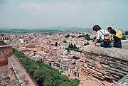 Spanje, Granada, 29-5-2007Het Alhambra, Rode Paleis, is een middeleeuws paleis en fort van de Moorse heersers van het Koninkrijk Granada in Andalusië (Zuid-Spanje). Het bevindt zich op een heuvelachtig plateau aan de zuidoostelijke grens van de stad Granada. Uitzicht, panorama, over de stad vanaf het Alhambra.Foto: Flip Franssen/Hollandse Hoogte