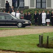 Overbrengen lichaam van overleden prins Bernhard van paleis Soestdijk, lijkwagen, rijd voorbij het personeel