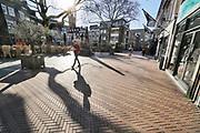Nederland, Nijmegen, 25-3-2020 Lege binnenstad, uitgestorven stadscentrum . Om te voorkomen dat groepen mensen dicht bij elkaar komen wordt door politie en boas extra surveillance gehouden . Foto: Flip Franssen