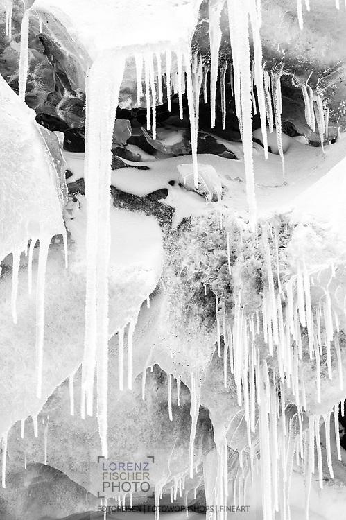 Gletschereis und Eiszapfen bei einer Gletscherhöhle des Feegletschers, Saas Fee, Wallis, Schweiz<br /> <br /> Glacier ice and icicles at a glacier cave of the Fee Glacier, Saas Fee, Valais, Switzerland
