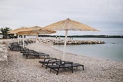 THEMENBILD - Sonnenschirme und Liegestühle an einem leeren Strand, aufgenommen am 03. Juli 2020 in Novigrad, Kroatien // Umbrellas and deckchairs on a empty beach in Novigrad, Croatia on 2020/07/03. EXPA Pictures © 2020, PhotoCredit: EXPA/ JFK