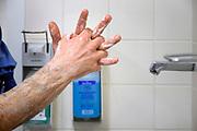 Nederland, Nijmegen, 4-3-2020  Een ziekenhuismedewerker was zijn handen met desinfecterende zeep .Foto: Flip Franssen