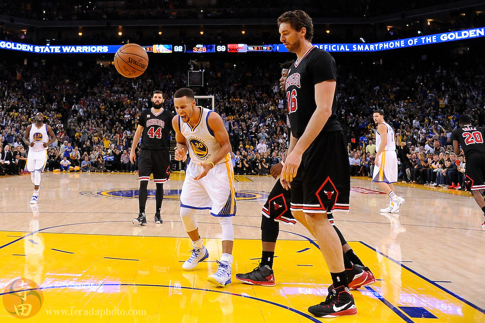 November 20, 2015; Oakland, CA, USA; Golden State Warriors guard Stephen Curry (30) celebrates in front of Chicago Bulls center Pau Gasol (16) during the fourth quarter at Oracle Arena. The Warriors defeated the Bulls 106-94.