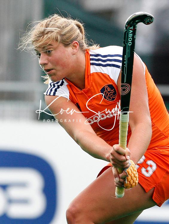 De Nederlandse Kim Lammers slaat op doel.