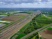 Nederland, Zuid-Holland, Zwijndrecht, 14-05-2020; Kijfhoek, rangeerterrein voor goederentreinen. Overzicht van de verdeelsporen (richting Dordrecht). HSL rechtsonder. Kijfhoek huisvest Keyrail, exploitant Betuweroute en is in beheer bij ProRail. De Betuweroute, die begint als Havenspoorlijn op de Maasvlakte, verbindt via Kijfhoek de Rotterdamse haven met het achterland. Het rangeeremplacement dient voor het sorteren van goederenwagons waarbij gebruik gemaakt wordt van de zwaartekracht, het 'heuvelen': de wagons worden de heuvel opgeduwd, bij het de heuvel afrollen komen ze, door middel van wissels, op verschillende verdeelsporen. Railremmen zorgen voor het automatisch remmen van de wagons. Na het heuvelproces staan de nieuw samengestelde treinen op aparte opstelsporen.<br /> Kijfhoek, railway yard (train shunting-yard) used by ProRail and Keyrail (Betuweroute operator). Kijfhoek connects via the Betuweroute (beginning as Havenspoorlijn on the Maasvlakte), through the port of Rotterdam with the hinterland. The shunting yard for sorting wagons makes use of gravity. The new trains are assembled on separate tracks.<br /> <br /> luchtfoto (toeslag op standard tarieven);<br /> aerial photo (additional fee required);<br /> copyright foto/photo Siebe Swart