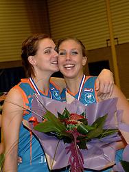08-10-2006 VOLLEYBAL: SUPERCUP DELA MARTINUS - PLANTINA LONGA: DOETINCHEM<br /> Martinus wint vrij eenvoudig met 3-0 van Longa en pakt de Supercup / Caroline Wensink en Sanna Visser<br /> ©2006: WWW.FOTOHOOGENDOORN.NL