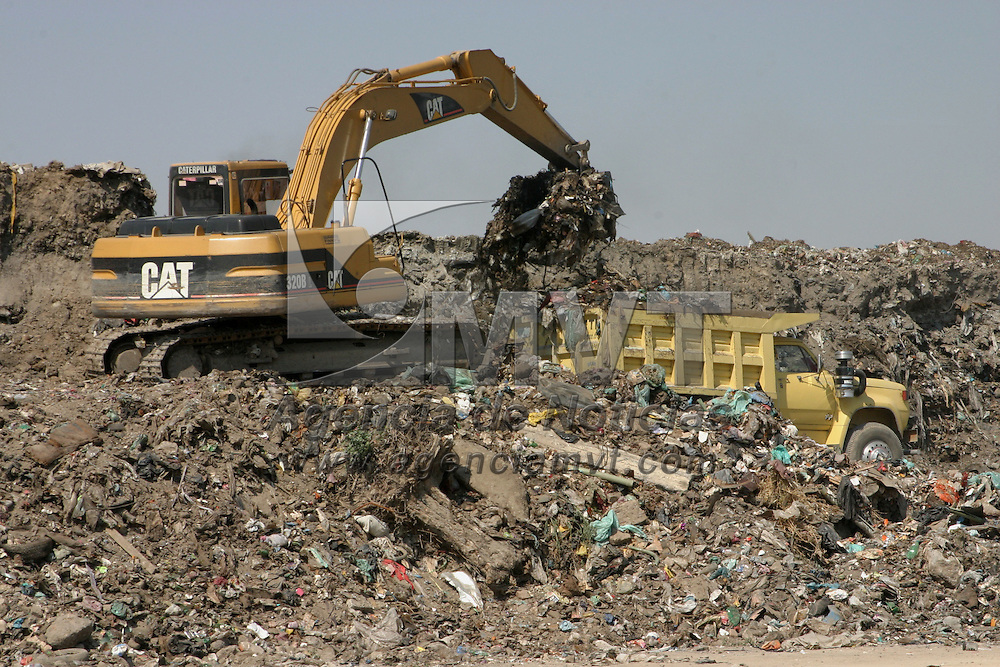Nezahualcoyotl, Mex.- Maquinaria pesada remueve toneladas de escombro y basura del predio donde se construye el Centro de Rehabilitación Infantil Teletón (CRIT) en ciudad Neza. Agencia MVT / Juan García. (DIGITAL)<br /> <br /> <br /> <br /> <br /> <br /> <br /> <br /> NO ARCHIVAR - NO ARCHIVE