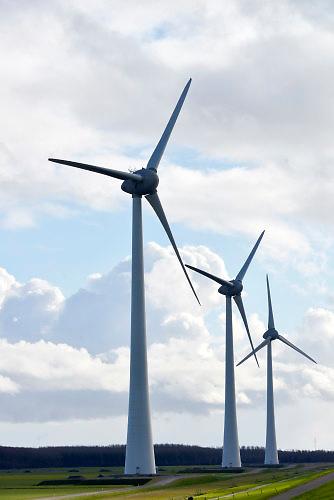 Nederland, the Netherlands, 18-4-2016NOP Agrowind, energiebedrijf RWE Essent en Westermeerwind exploiteren een windpark op land en in het water van het IJsselmeer. De stroomproducent heeft hier windmolens die 5 megawatt op land, en 3 megawatt op zee produceren. Siemens leverde de turbines. personeel , turbines ,werkenFOTO: FLIP FRANSSEN/ HH