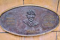 République d'Irlande, Dublin, plaque commemorative des grands écrivains irlandais dans les jardins de la cathedrale Saint Patrick, Wilde // Republic of Ireland; Dublin, famous irish writer memorial in Garden of St Patrick's Cathedral, Wilde