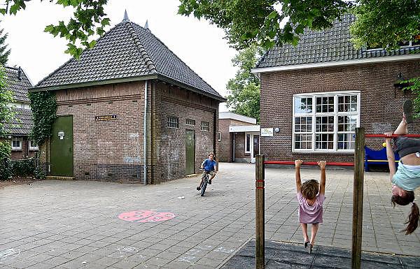 Nederland, Dieren, 26-6-2014In dit dorpn staat een oud vooroorlogs elektriciteitshuisje in baksteen, van de provinciale gelderse elektriciteitsmaatschappij, PGEM. Door schaalvergroting en privatisering is deze later opgegaan in de NUON.Foto: Flip Franssen/Hollandse Hoogte