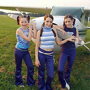 M-kids bij vliegtuig, vliegveld Hilversum,  Tamara en Davina Canbre + Britt De Winter