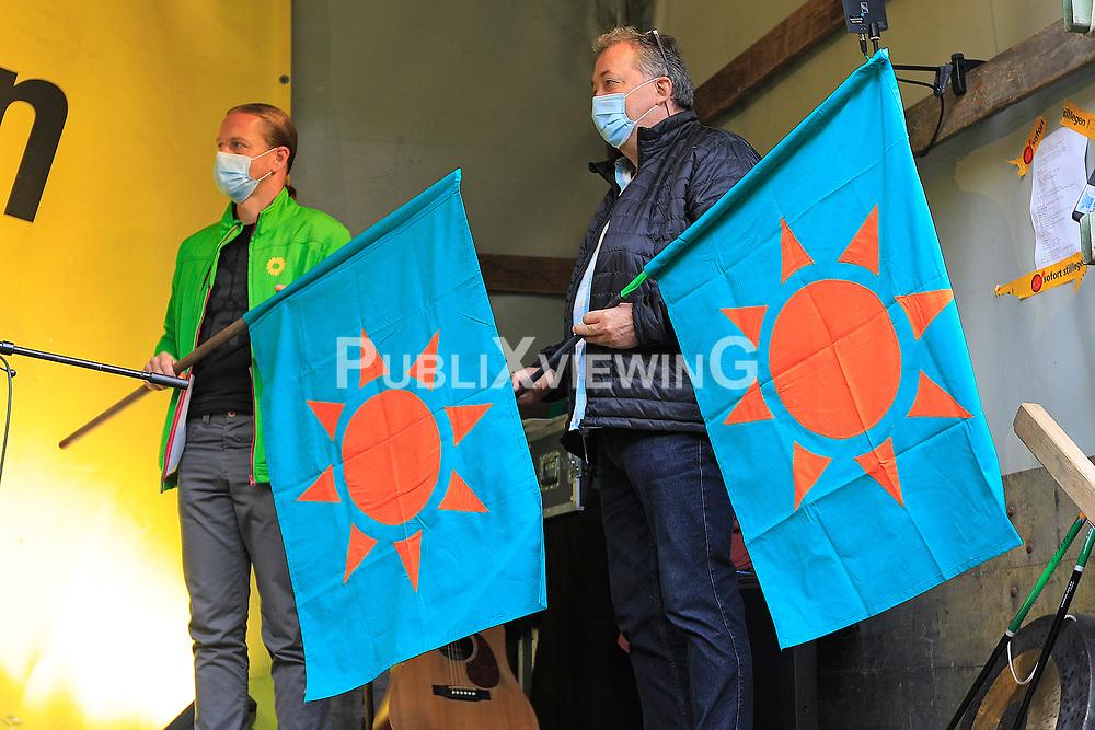 Wenige Tage nach Bekanntwerden des Umstands, dass der Salzstock im Wendland nicht weiter auf die Eignung als Atommülllager erkundet werden soll, feiern Atomkraftgegner das Aus für Gorleben nach 43 Jahren des Widerstands. Im Bild: Übergabe der Wendlandfahne an Verteter der dem Wendland nahe gelegenen Salzstöcke Waddekath (Christian Schneider (links)) und Taaken (Rolf Wedemeyer)<br /> <br /> Ort: Gorleben<br /> Copyright: Andreas Conradt<br /> Quelle: PubliXviewinG