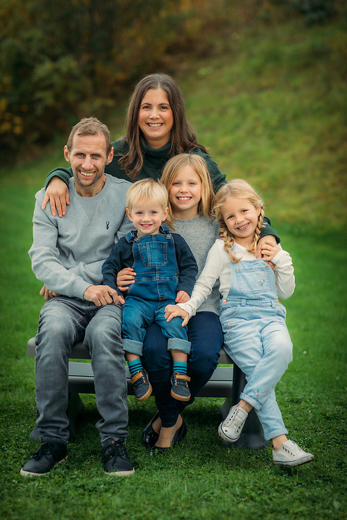 18/10/2020 - Pontefract - Ex- Rugby Leaugue player ROB BURROW and his wife Lindsey and kids. Jackson, 1yrs old : Maya, 5yrs old : Macy, 8 yrs