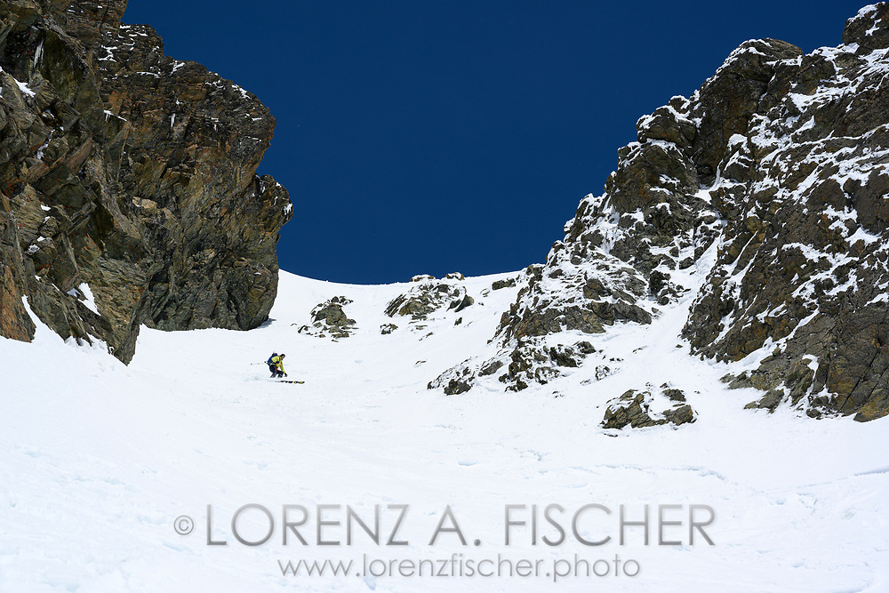Alpinist bei der Abfahrt vom Piz Platta durch das SSE-Couloir, Surses, Graubünden, Schweiz<br /> <br /> Alpinist on the descent from Piz Platta through the SSE couloir, Surses, Grisons, Switzerland
