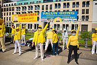 """DEU, Deutschland, Germany, Berlin, 29.08.2020: Während einer Demonstration von Gegnern der Corona-Maßnahmen praktiziert eine Gruppe Falun Gong (Falun Dafa) auf dem Pariser Platz. Die Initiative """"Querdenken"""" hatte zu den Protesten gegen die Corona-Maßnahmen der Regierung aufgerufen."""