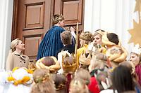 """06 JAN 2012, BERLIN/GERMANY:<br /> Christian Wulff (2.v.L), Bundespraesident, Bettina Wulff (L), Gattin des Bundespraesidenten, und einem Sternsinger, der den Segen """"20*C+M+B+12"""" an die Tuere des Schlosses schreibt, waehrend dem Sternsingerempfang der 54. Aktion Dreikoenigssingen 2012, Schloss Bellevue<br /> IMAGE: 20120106-01-015<br /> KEYWORDS: Sternsinger, Heilige drei Könige, Heilige drei Koenige, Dreikönigssingen, Ehefrau, Politikerfrau,"""