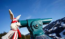 31.01.2013, Schladming, AUT, FIS Weltmeisterschaften Ski Alpin, Schladming 2013, Vorberichte, im Bild Maskottchen Hopsi mit einem Teleskop mit Blick auf die Planai am 31.01.2013 // mascot Hopsi with a telescope and view to the Planai on 2013/01/31, preview to the FIS Alpine World Ski Championships 2013 at Schladming, Austria on 2013/01/31. EXPA Pictures © 2013, PhotoCredit: EXPA/ Martin Huber