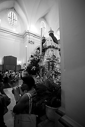 Una veduta interna della Chiesa dell'Arcangelo Michele situata a Mesagne in provincia di Brindisi. I fedeli assistono alla messa in onore della santa protettrice di Mesagne, la Madonna del Carmine. La festa viene celebrata nei giorni 15, 16 e 17 luglio. La storia racconta che la Vergine salvò il paese di Mesagne dal terribile terremoto del 1743 incoronandola quindi come protrettice del paese.