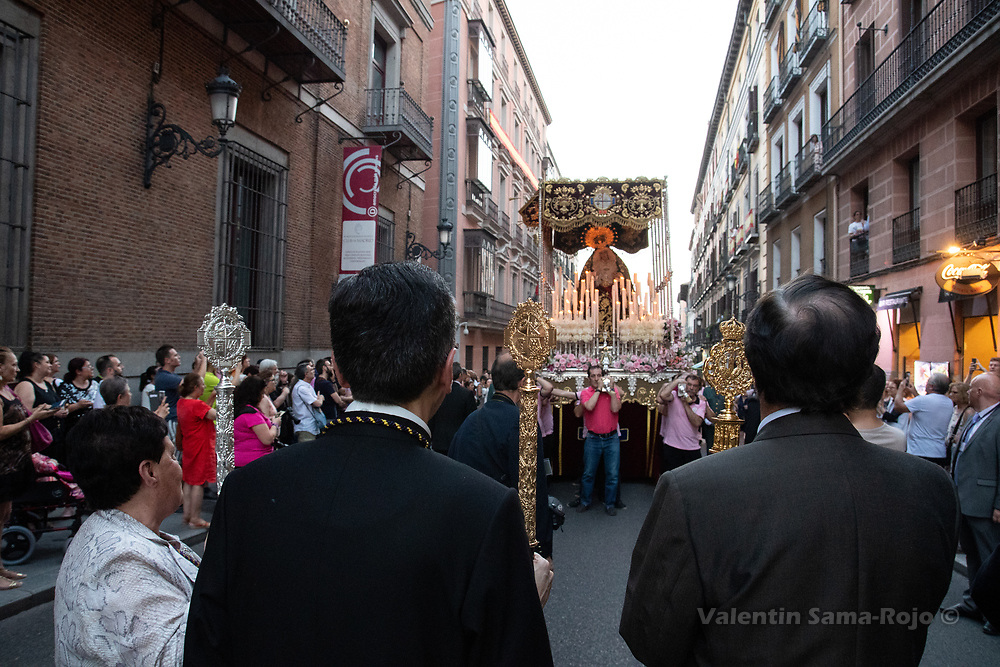 Madrid, Spain. 23rd June, 2018. High members of the brotherhood and a priest watching the progress of the procession at Mayor street. © Valentin Sama-Rojo
