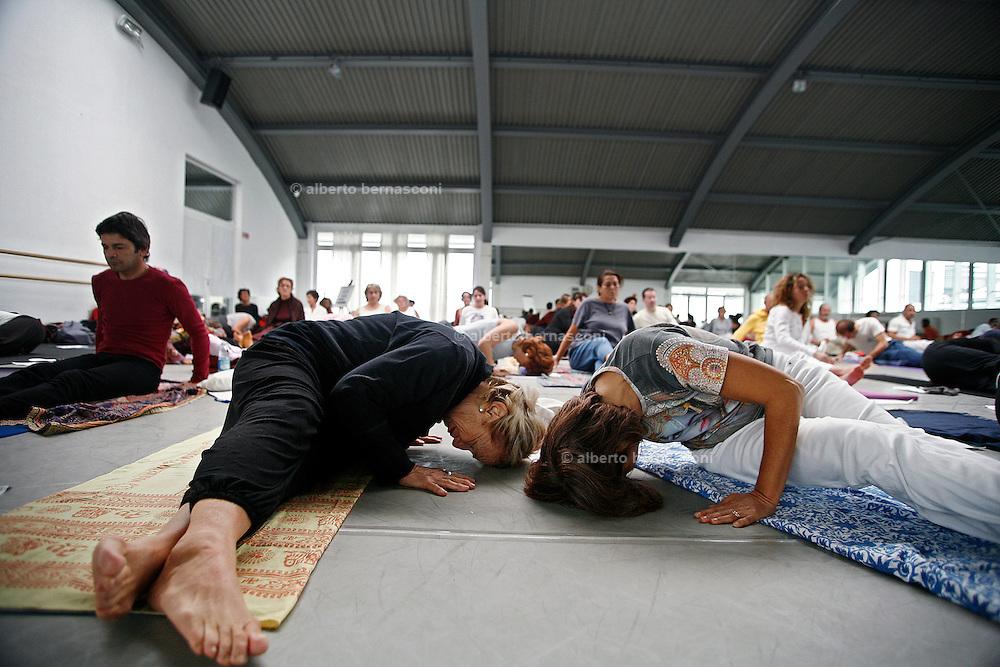 Milano, festival dello yoga al superstudio....Milan, yoga festival, Hata Yoga lesson .