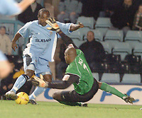 Fotball<br /> England 2004/2005<br /> Foto: SBI/Digitalsport<br /> NORWAY ONLY<br /> <br /> Coventry City v Crewe Alexandra <br /> Coca Cola championship. 27/11/2004.<br /> <br /> Crewe goal keeper Clayton Ince stops an attack by Patrick Suffo for Coventry.