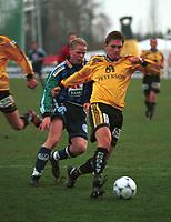 99052007: Tor Trondsen, Moss, kjemper med Christian Michelsen om ballen i kampen mot Stabæk på Nadderud i 23. april 1999. (Foto: Peter Tubaas)