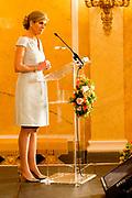Koningin Máxima heeft in paleis Noordeinde de drie jaarlijkse Appeltjes van Oranje uitgereikt. Thema was dit jaar 'Samen zelf doen', als beloning voor gemeenschappelijke voorzieningen die geheel worden gerund door vrijwilligers. <br /> <br /> <br /> Queen Máxima at Noordeinde Palace awarded the Orange triennial Apples. Theme this year was' doing Together self, as a reward for communal facilities which are entirely run by volunteers.<br /> <br /> Op de foto / On the photo:  koningin Maxima / Queen Maxima