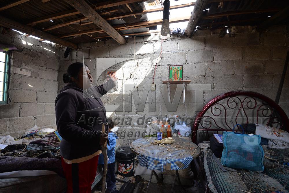 JIQUIPILCO, México.- (Febrero 07, 2018).- El fenómeno que se registro la tarde de este martes en la comunidad de Rancho Alegre en Jiquipilco dejo por lo menos 45 casas afectadas, en su mayoría fueron techos de lamina, arboles derribados y postes de luz, que dejaron a la comunidad sin energía eléctrica, autoridades municipales y estatales ya se encuentran trabajando en la zona. Agencia MVT / Crisanta Espinosa.