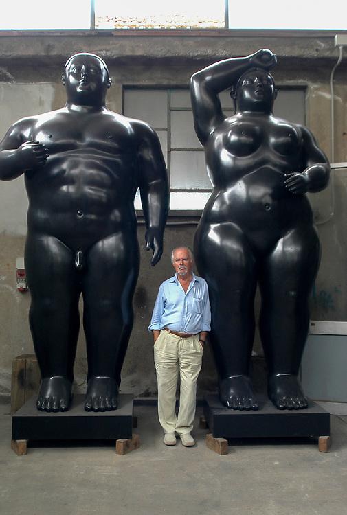 """Pietrasanta, 03.08.05.  Fernando Botero en su taller de escultura posa junto a """"Adán y Eva""""."""