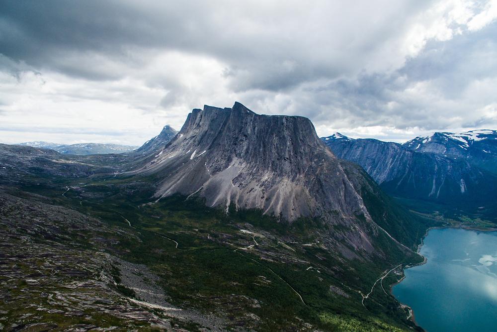 Durmålsfjellet i Skjomen dronefotografert fra Reinnesfjellet. Durmålsfjellet rager 1408 meter på sitt høyeste. Sør-Skjomen og Hallarvika til høyre i bildet.