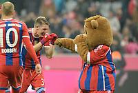 Fotball<br /> Tyskland<br /> 22.11.2014<br /> Foto: Witters/Digitalsport<br /> NORWAY ONLY<br /> <br /> Schlussjubel v.l. Bastian Schweinsteiger, Maskotchen Bernie<br /> <br /> Fussball Bundesliga, FC Bayern München - 1899 TSG Hoffenheim