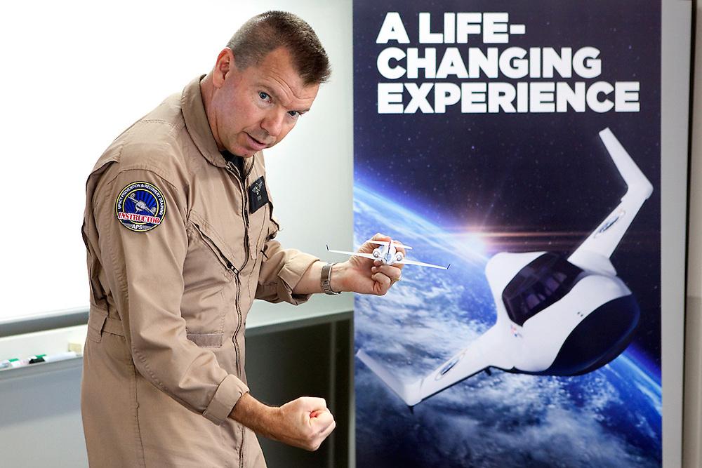 SEPPE - De Amerikaanse luchtmachtpiloot Otter geeft een basisles aerodynamica voorafgaand aan een vlucht in de Slingsby T67 Firefly op Breda international airport. Het tweezits toestel dat normaal gesproken gebruikt wordt voor luchtmacht trainingen en waarmee in verschillende loops gewichtsloosheid kan worden ervaren wordt ingezet voor een astronautentraining van het commerciele ruimtevaartbedrijf XCOR Space Expeditions. (Het voormalige SXC). De twee deelnemers van vandaag hebben via het bedrijf een ticket naar de ruimte gekocht en hopen in de nabije toekomst een echte ruimtereis te maken. Momenteel is het ruimteschip nog in ontwikkeling, de eerste testvluchten staan gepland voor 2015. ANP COPYRIGHT JURRIAAN BROBBEL