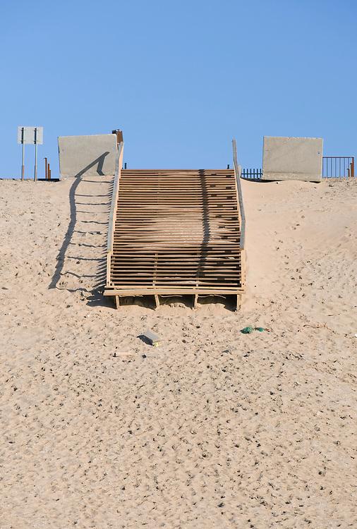 Nederland, Rotterdam, 11 april 2008.Maasvlakte..Trap naar het strand. Slechts een gedeelte van de helling kan met een trap worden genomen...Foto (c) Michiel Wijnbergh