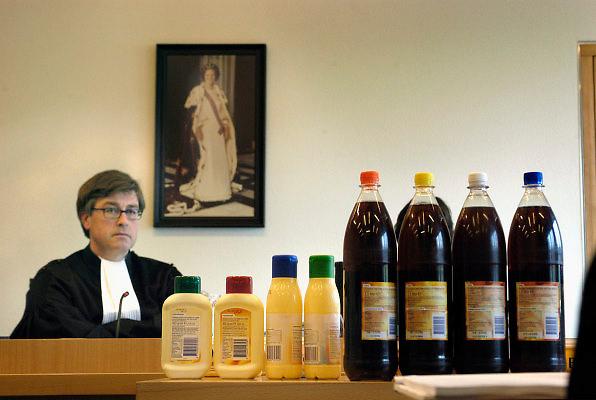 Nederland, Arnhem, 15-4-2005..Rechter met levensmiddelen in de rechtszaal. Rechtszaak gaat over de verpakking van het AH huismerk. Die zou te veel lijken op die van de A-merken van Unilever, met omzetdaling als gevolg. Merkenoorlog, merkenstrijd, omzet, merkrecht, merkenrecht, multinational, prijzenoorlog. Albert Heijn...Foto: Flip Franssen/Hollandse Hoogte