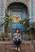 Mcc0028781 . Daily Telegraph..Features..Food blogger Pamela Timms, wife of Daily Telegraph correspondent Dean Nelson , exploring old Delhi...Delhi 24 January 2011..