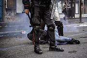 Carabinieri bloccano un manifestante durante gli scontri davanti la sede del Ministero dell'Economia e delle Finanze. Roma, 19 ottobre 2013. Christian Mantuano / OneShot