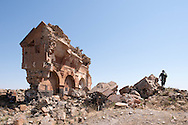 Ani (en arménien Անի) est située dans la province turque de Kars, juste au sud de la frontière arménienne. Elle se trouve près de la ville d'Ocaklı et de l'Akhourian, un affluent de l'Araxe, qui forme la frontière entre l'Arménie et la Turquie. Aujourd'hui en ruine, la ville fut la capitale de l'Arménie vers l'an mille, et elle est d'ailleurs surnommée « Capitale de l'an mille » et la « ville aux mille et une églises ». Turquie, 2014