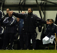 Fotball<br /> FA-cup 2005<br /> Newcastle v Chelsea<br /> 20. februar 2004<br /> Foto: Digitalsport<br /> NORWAY ONLY<br /> Chelsea manager Jose Mourinho pays the price of making three substitutions at half time as Wayne Bridge's injury shortly after leaves his team a man short