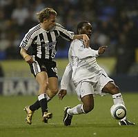 Fotball<br /> Premier League 2004/05<br /> Bolton Wanderers v Newcastle<br /> 31. oktober 2004<br /> Foto: Digitalsport<br /> NORWAY ONLY<br /> Bolton's Jay-Jay Okocha and Newcastle's Craig Bellamy