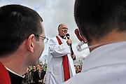 25 mars 2016: le Père Guy-Emmanuel Cariot pendant la première station du chemin de croix à Argenteuil. Argenteuil, 95. France.