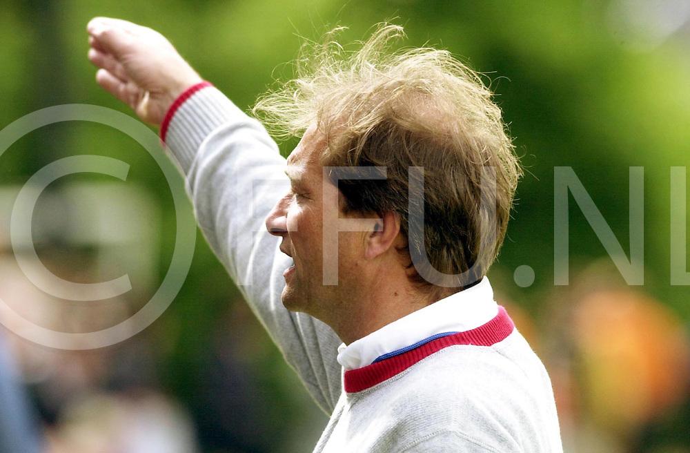 WFA00:HARVESTEHUEDE-BLOEMENDAAL EUROPACUP1 FINALE;4JUNI2001-.1-3 overwinning voor Bloemendaal.Teun de Nooijer onderuit..WFA/fu/str.Fotografie Frank Uijlenbroek