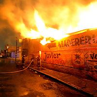 NEZAHUALCOYOTL, México.- Bomberos trabajan por varias horas en el combate de un incendio registrado esta madrugada en una madereria ubicada en la calle 6 y calle 30 de la colonia Ampliación Guadalupana. Agencia MVT / Juan Gracía. (DIGITAL)