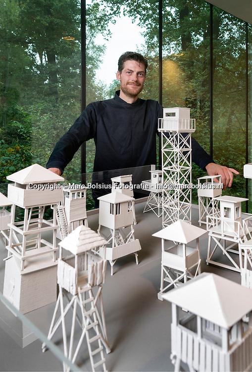 Nederland,  Vught, Joram Raaijmakers exposeert met militaire wachttorens in museum Kamp Vught.