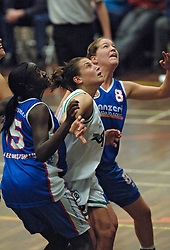 20-04-2005 BASKETBAL: LEVI - PERIK JUMPERS: AMSTERDAM<br /> Levi Amsterdam, wint de eerste playoff wedstrijd met 85-65 / Melissa Pater en Susan Ocitti<br /> ©2005-WWW.FOTOHOOGENDOORN.NL